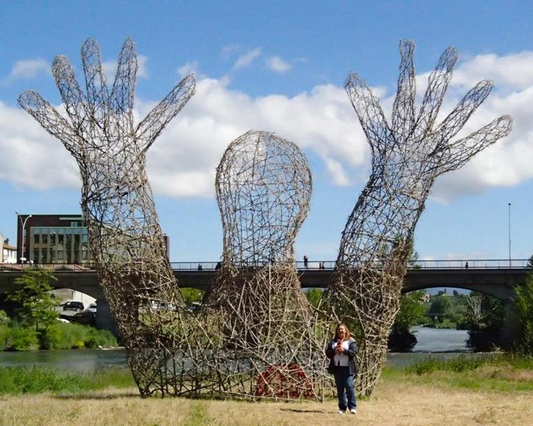 """Tracy and Kiara in front of Marc Walter's """"Land Art"""" Sculpture """"L'embrassade"""" (""""The Hug"""")"""