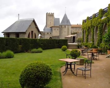 The garden in Hôtel de la Cité Carcassonne.