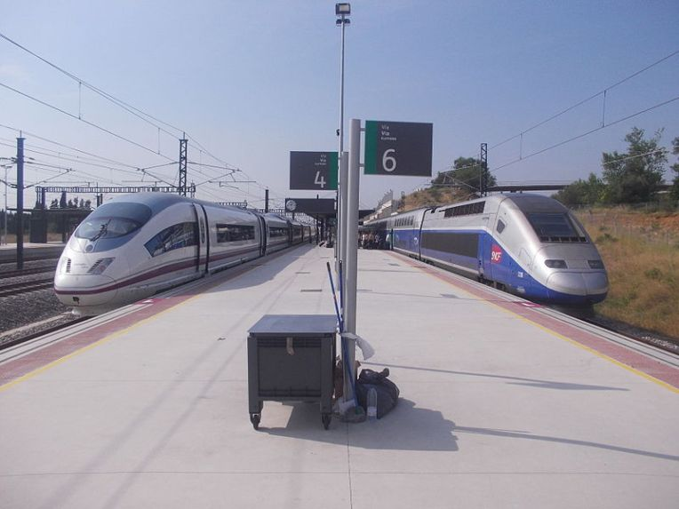 A Spanish RENFE AVE Siemens Velaro (left) and a French SNCF TGV Duplex (right) at Figueres-Vilafant Station (Wikimedia Commons)
