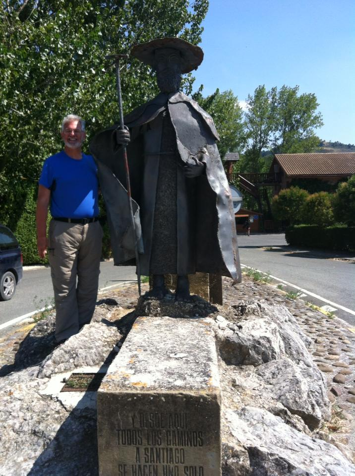 Alan with the peregrino sculpture at the entrance to the Hotel Jakue in Puenta la Reina