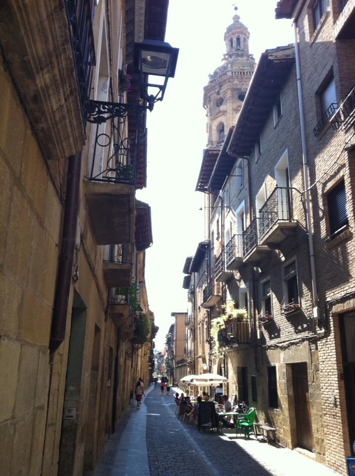 The narrow streets of Puenta la Reina