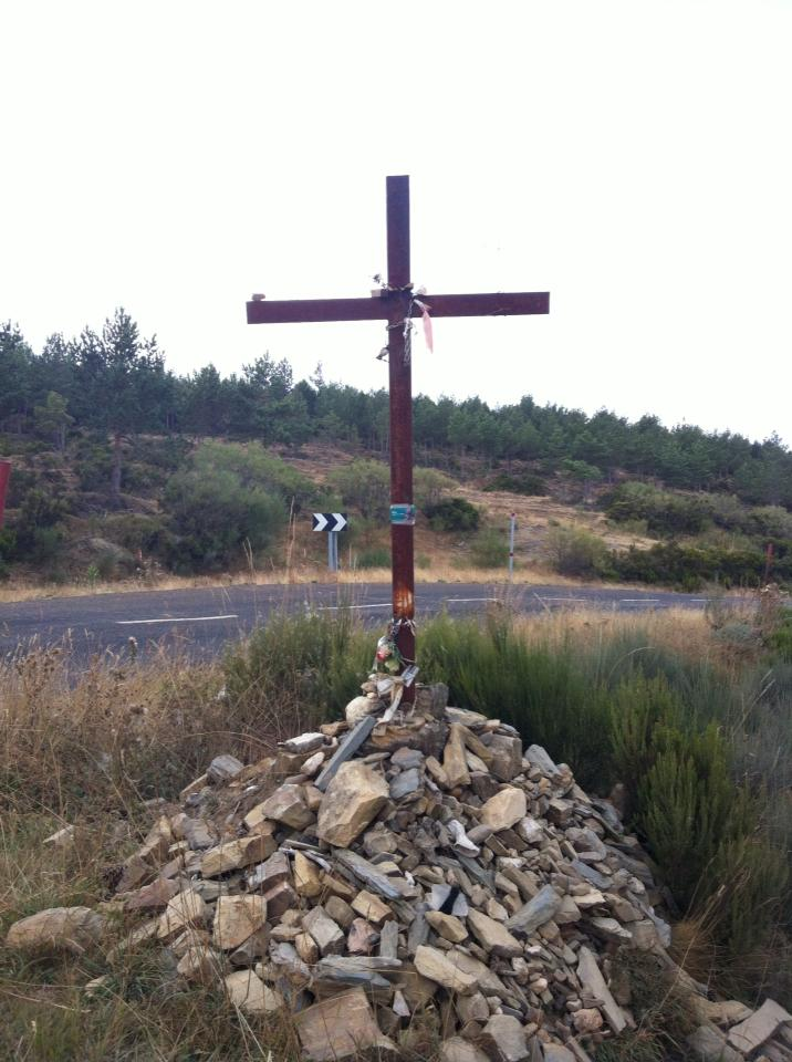 Simple wooden cross near Foncebadón