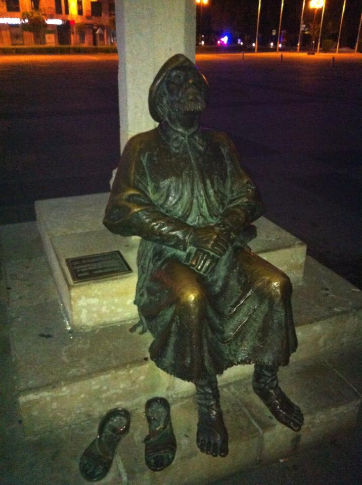 Bronze statue of pilgrim facing the Parador, León