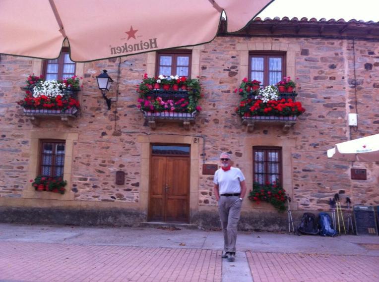 Alan in Murias de Rechivaldo, stopping for coffee