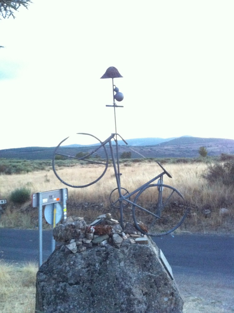 Pedal-grino sculpture in El Acebo