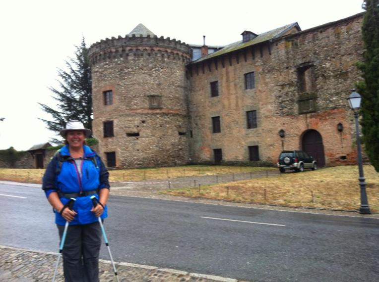 Tracy with the castle in the background in Villafranca del Bierzo