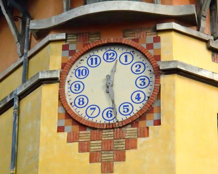 Clock above Ecole primaire Jean Jaurès (Jean Jaurès Primary School) on Boulevard Jean-Jaurès.