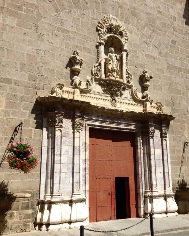 The main doors of the entrance facade.