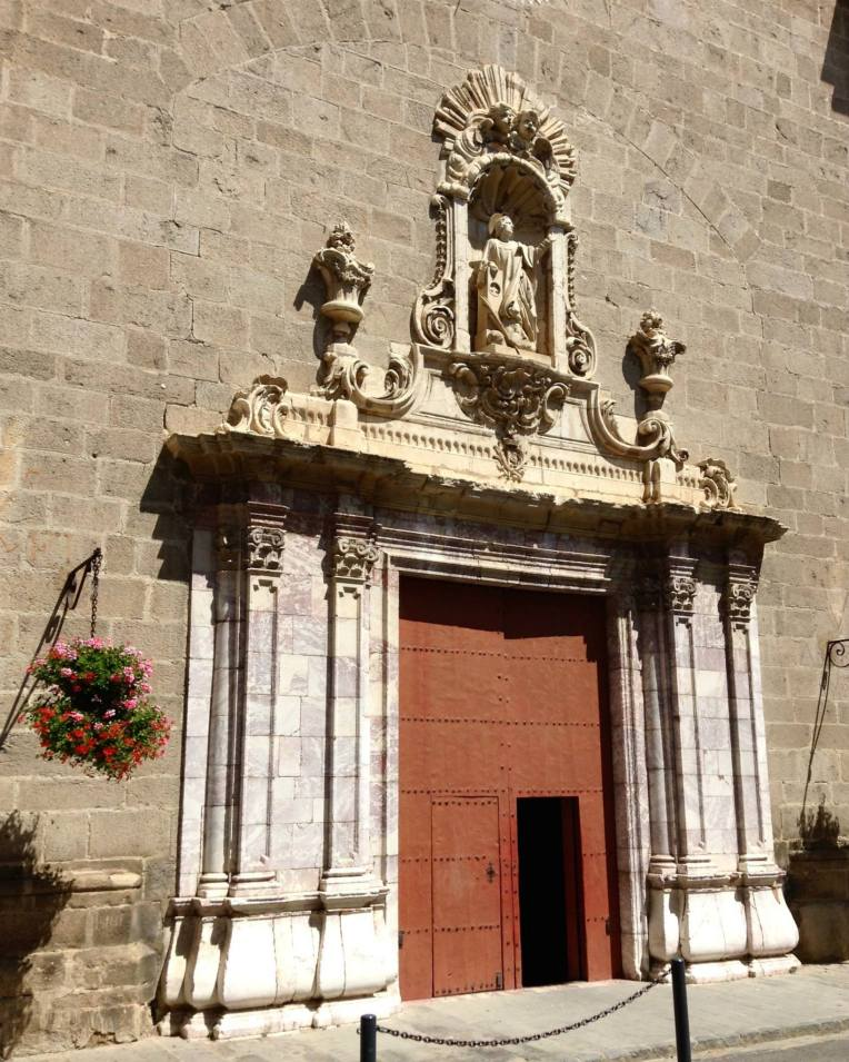 The main doors of the entrance facade.