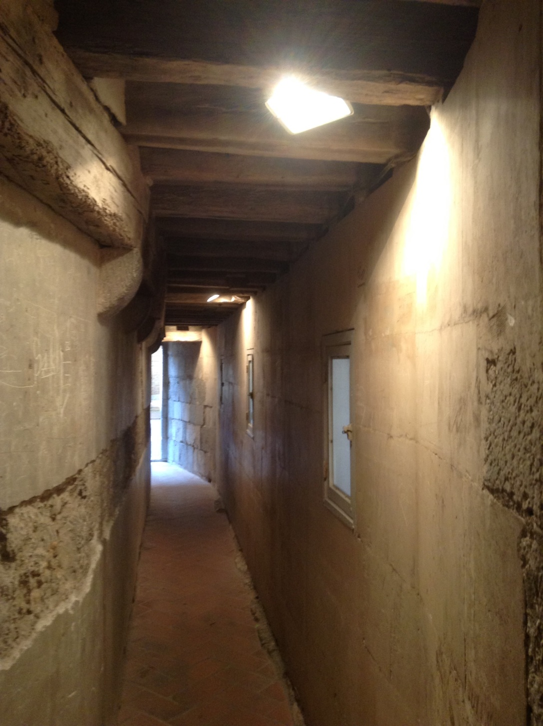 """The """"secret"""" passage from the King's chamber to the Queen's"""